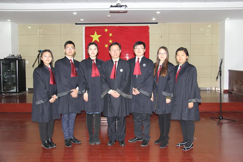 05、宣誓后部分律师在国旗下合影_副本.jpg